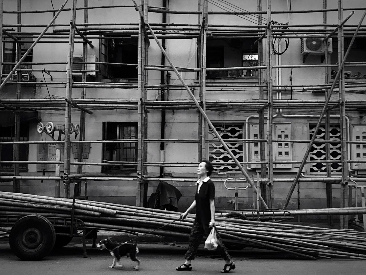 street photography streetphotography black and white photography blackandwhitephotography black and white collection people photography people People watching The Week On Eyem blackandwhite photography streetphoto_bw blackandwhite black and white peoplephotography Blsckandwhite Black & White streetphotography_bw