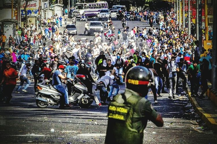 """. El que actúe tomará el poder PorJesús Petit Da Costa- Jun 20, 2016 O la MUD-AN depone a Maduro por el 333, o el estallido social será anárquico a menos que alguien, civil o militar, llene el vacío de liderazgo y entonces será el que tome el poder Jesús Antonio Petit Da Costa No me canso de repetirlo: están dadas todas las condiciones objetivas parala rebelión popular. No me canso de repetirlo: hay hambre. Escasean los alimentos (escasez) y los que por casualidad se consiguen aumentan de precio todos los días (hiperinflación), haciéndose inaccesibles. No me canso de repetirlo: la gente muere de mengua (crisis humanitaria) porque escasean los medicamentos y los que por casualidad se consiguen aumentan de precio todos los días, además de no contar con asistencia sanitaria porque los hospitales están en el último estado y en las clínicas falla la dotación. No me canso de repetirlo: vivimos angustiados y en zozobra, por nuestros hijos y nietos y por nosotros mismos, porque además del hambre y la mengua estamos en totaldesamparo ante los criminales que actúan con absoluta impunidad. Todo esto nos conduce a laexplosión social, que ya viene anunciándose con brotes anárquicos indicativos de que la desesperación se apodera de la gente. Y es con la desesperación que aparece la condición subjetiva fundamental para la rebelión popular:el 80% quiere salir de Maduro ya. Quiere se vaya ahora mismo. No dentro de unos meses si acaso hay revocatorio. No aguanta más. En este clima emocional sólo falta el líder civil que convoque a la rebelión para tomar el poder. No ha surgido entre los políticos profesionales porque los señores de la MUD-AN se han castrado aplicándose la ablación con un instrumento inventado por ellos mismos llamado """"vía pacífica y electoral"""". Su castración losincapacita para asumir el liderazgo que las circunstancias demandan, dadas como están las condiciones objetivas y subjetivas para la rebelión popular. Lo demuestra que, a pesar de habérselo pedido civiles y mi"""