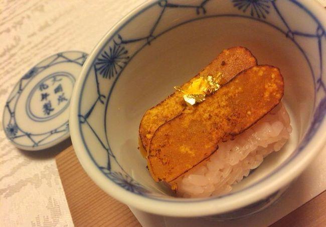 お赤飯にへしこが乗っております...とお姉さん。へ?どこがへしこや?と思ってたら、あとから、すいません!からすみでございました‼︎と(^_^) だよねぇ(^o^) フレッシュで可愛いお姉さんでした(^_-) Japanese Restaurant Japanese Food Japanese Style Dinner WASHOKU 赤飯 からすみ 下鴨茶寮