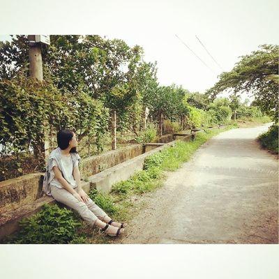 Đi thực tế gặp được cô em Hàn Quốc, có American voice nhưng thật ra lại là ng Việt Nam ngồi ngắm đường làng giữa trưa nắng *cảm thấy thơ mộng*