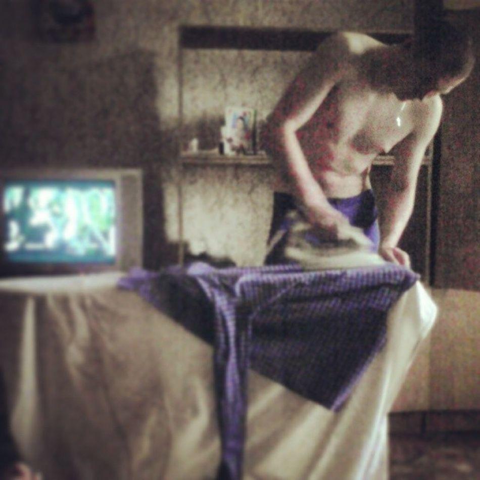 Любимый работает,а я лежу телик смотрю)))) любимый молодец рабонтящий мой люблю его
