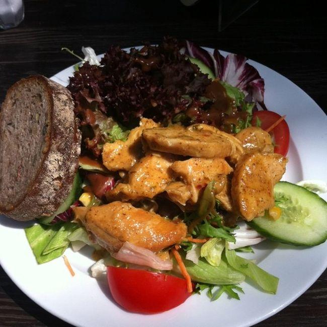 Salat mit Hähnchenbrust in Honig-Senf-Marinade