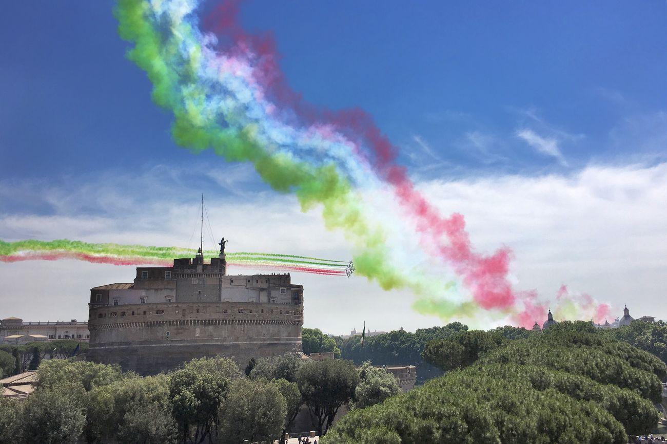 #2giugno, #festadellarepubblica2017, #Italia, #Roma, #freccetricolori, #pattugliaacrobatica 2giugno Festadellarepubblica Italia Roma Freccetricolore Frecce Tricolori Castel Sant'Angelo