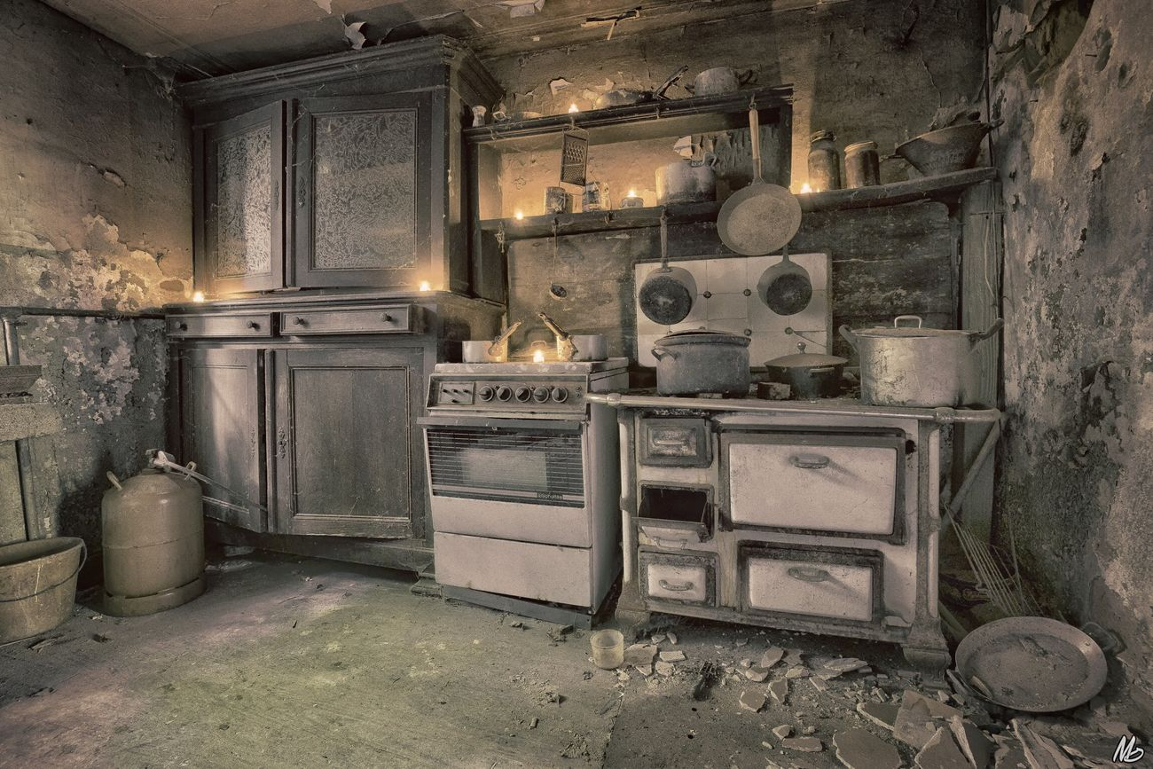 Old Kitchen 🕯 Old No People Kitchen Hanging Out Light And Shadow Taking Photos Hello World First Eyeem Photo Abandoned & Derelict Eye4enchanting Urbex Lostplaces Abandonment_issues Abandoned_junkies Urbex_supreme EyeEm_abandonment Enjoying Life Abandoned Places Urbex_prestigious Urbanexploration Beauty Of Decay Abandoned Home Interior Discarded