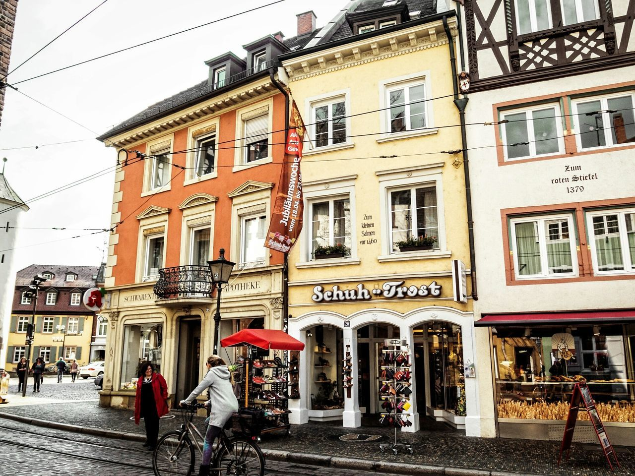 Nicht ganz bei Trost ... CyclingUnites Urban Perspectives From My Point Of View Street Photography Better Look Twice On The Way Streetphoto_color People Watching The Devil's In The Detail People Are People On The Road The Shop Around The Corner Urban Photography Walking Around The Way Forward Urban Exploration Home Is Where The Art Is Hanging Out Colour Of Life Urban Lifestyle Fresh 3 Taking Photos in Freiburg My Year My View