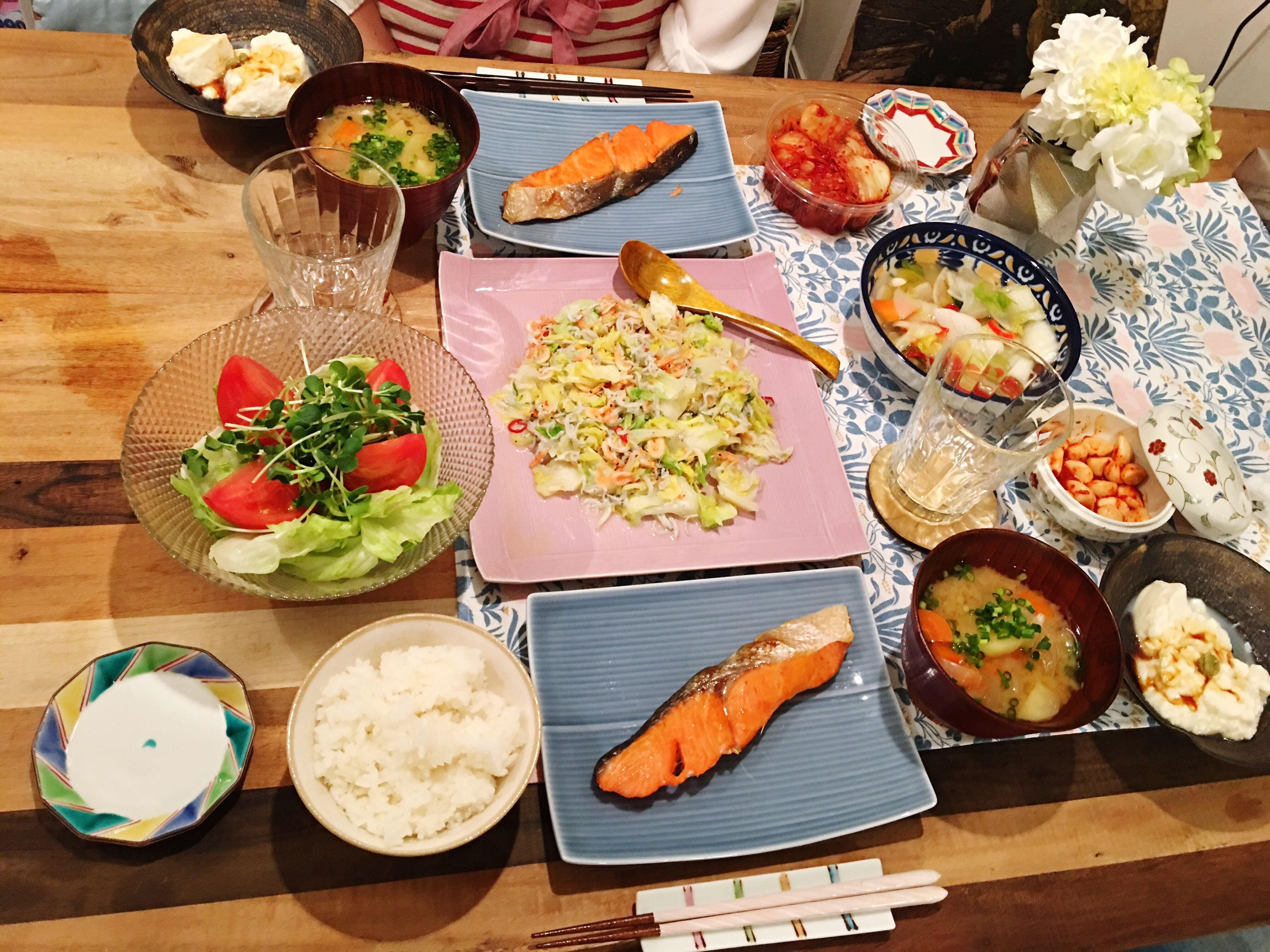 Today's Dinner 紅鮭 じゃがいもと玉ねぎと人参の味噌汁 バルサミコ酢サラダ キャベツとしらすと桜海老のアンチョビ炒め キムチ Salmon - Seafood Potatoes Onion Carrots Miso Soup Salad Balsamic Vinegar Cabbage Smallfish Sakuraebi Anchovy Kimuchi Food Porn Foodporn SoDelicious Indoors  Healthy Eating Ready-to-eat