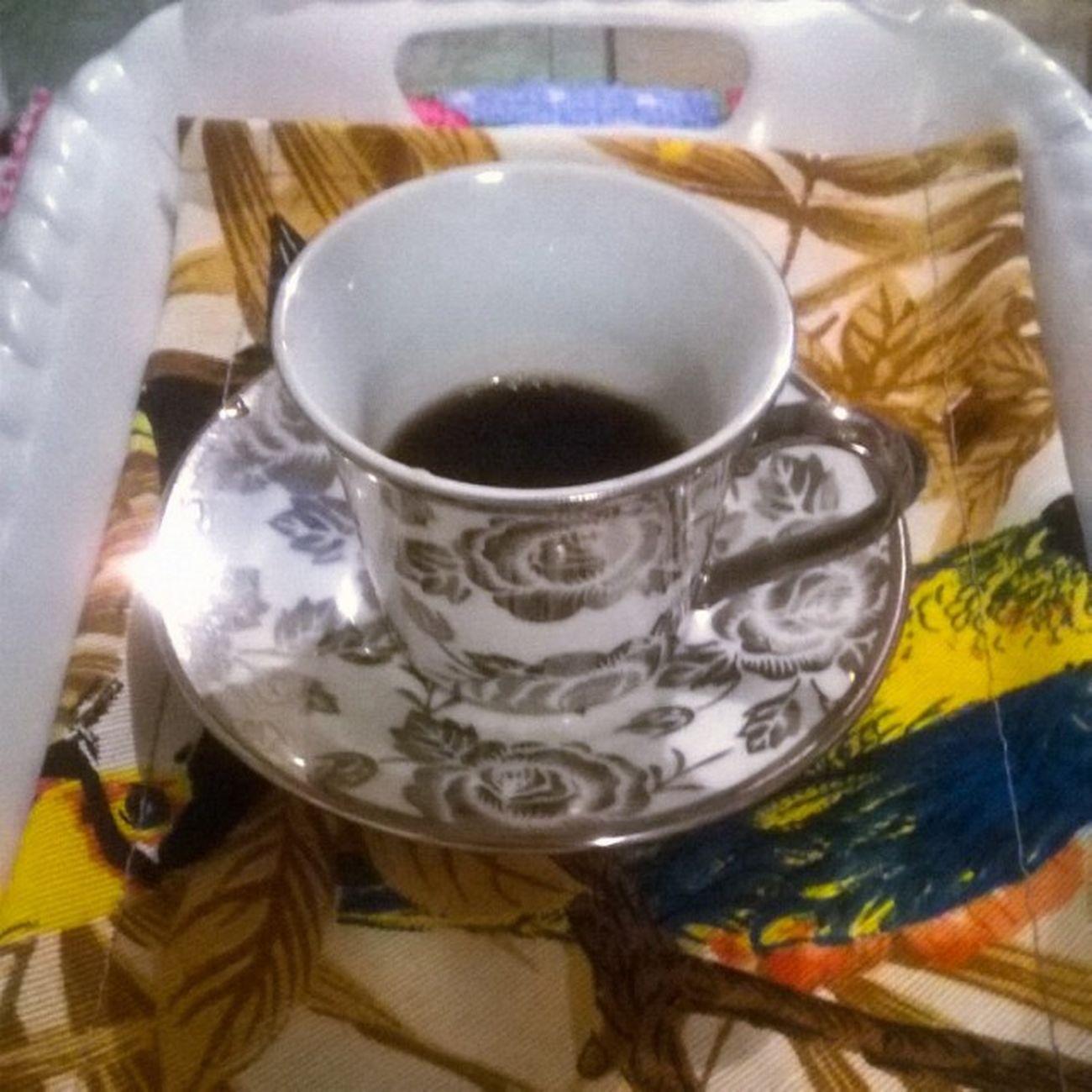 Meu cafezinho agora... A xícara ganhei de presente da minha irmã preta. 💖💖💖💖💖 ☕☕☕☕☕ Amoganharpresente Amopresentear