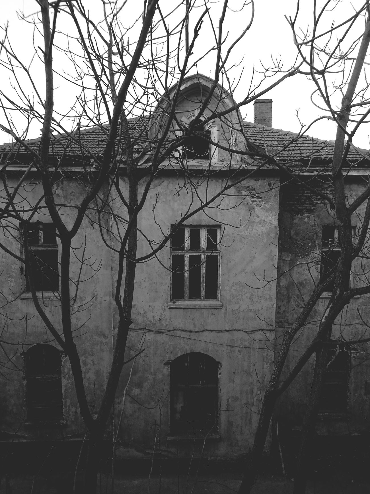 Sometimes the dark side of everything is better for our happiness. MyPhotography Black Blackandwhite White House Hounted Darkness