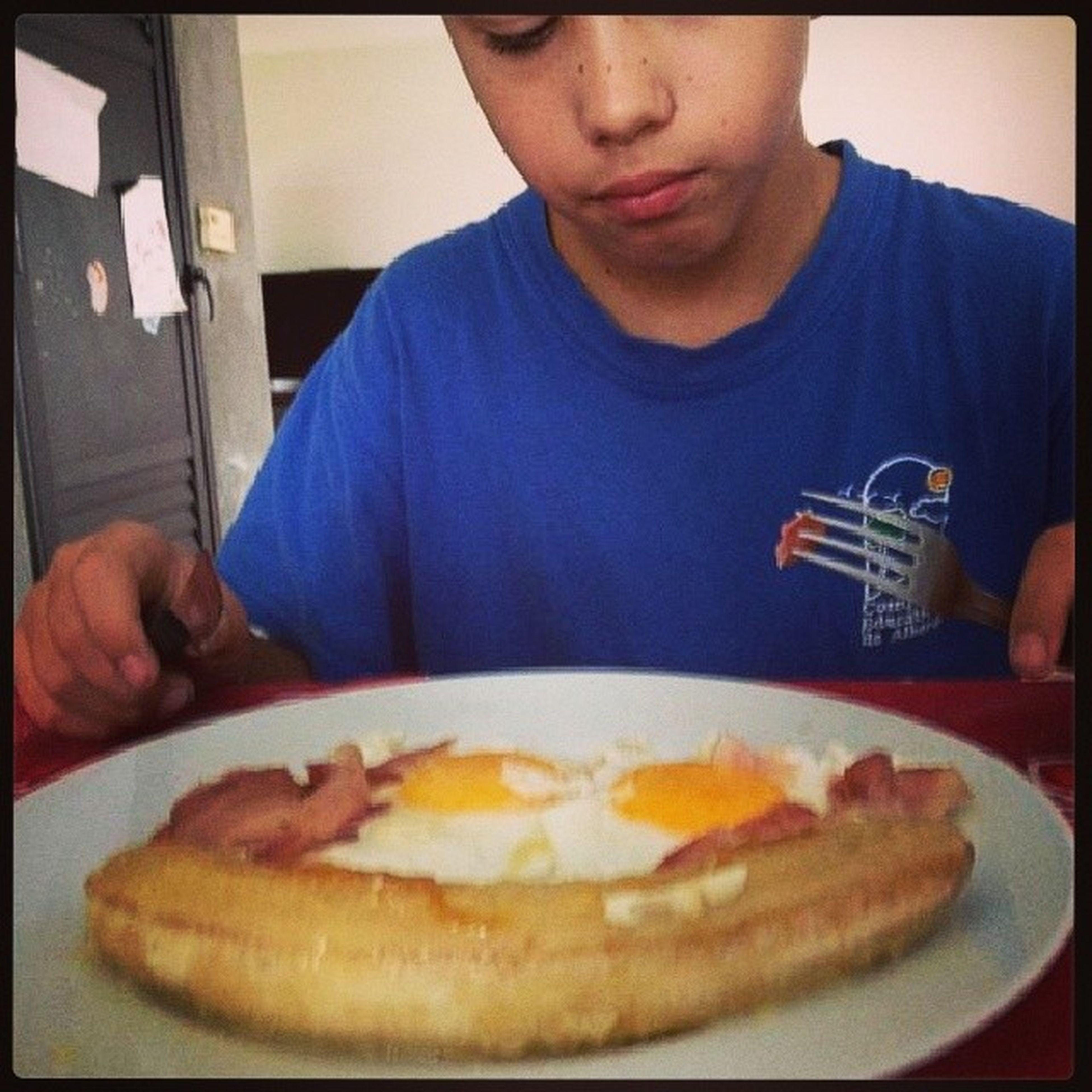 Mi hermano ingiriendo calorías since 2002. Panceta Huevo Banana Frito fat ?