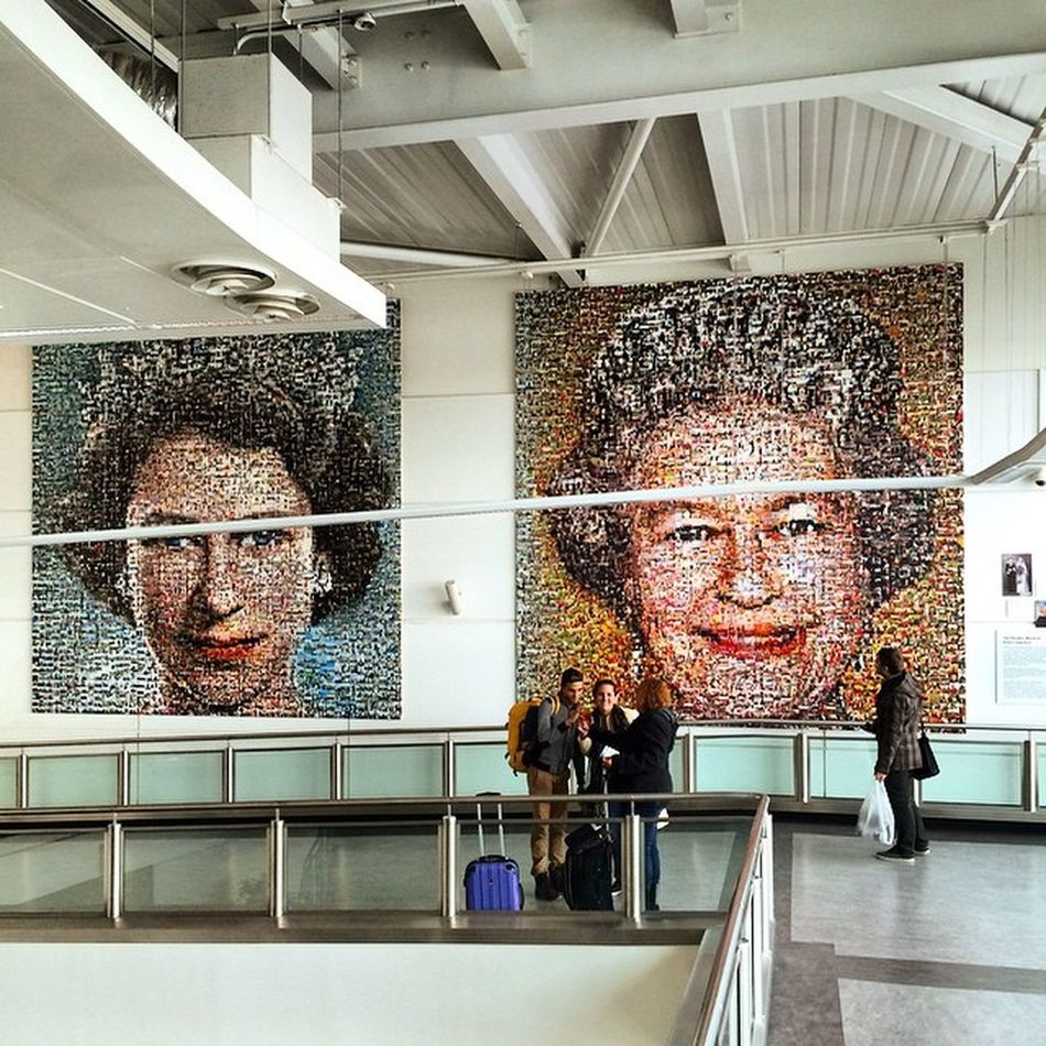 La cosa bella è che arrivi nel 2° aeroporto londinese e, oltre a essere accolto con maestosa dignità, hai treni di 3 società diverse fra cui scegliere per arrivare in città. Monarchy   Democracy