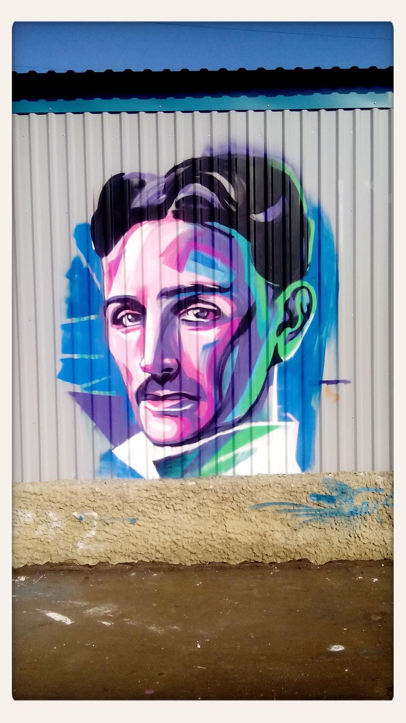 Стрит-арт на стене подстанции. Никола Тесла стритарт Граффити искусство наука