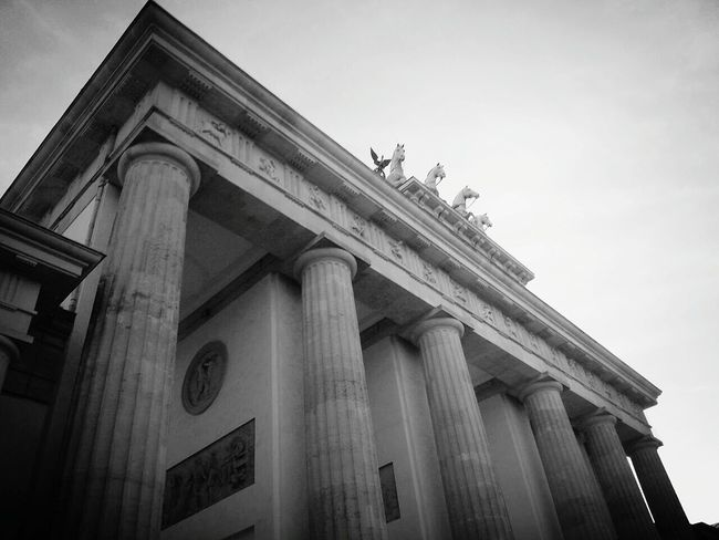 Battle Of The Cities Berlin GERMANY🇩🇪DEUTSCHERLAND@ City Architecture Black & White Brandenburger Tor Smartphonephotography Eyem Best Shots Germany Berlin Photography Built Structure Tourist Place To Be  Places To Visit Myberlinweek Smartphone Photography Blackandwhite Black And White New Perspectives Different Perspective Blackandwhite Photography Site Seeing Capture Berlin Monochrome Photography