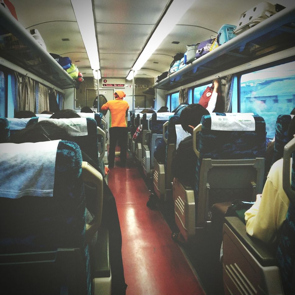 Under Pressure Miss full of passengers on the train, the train selling lunch boxes