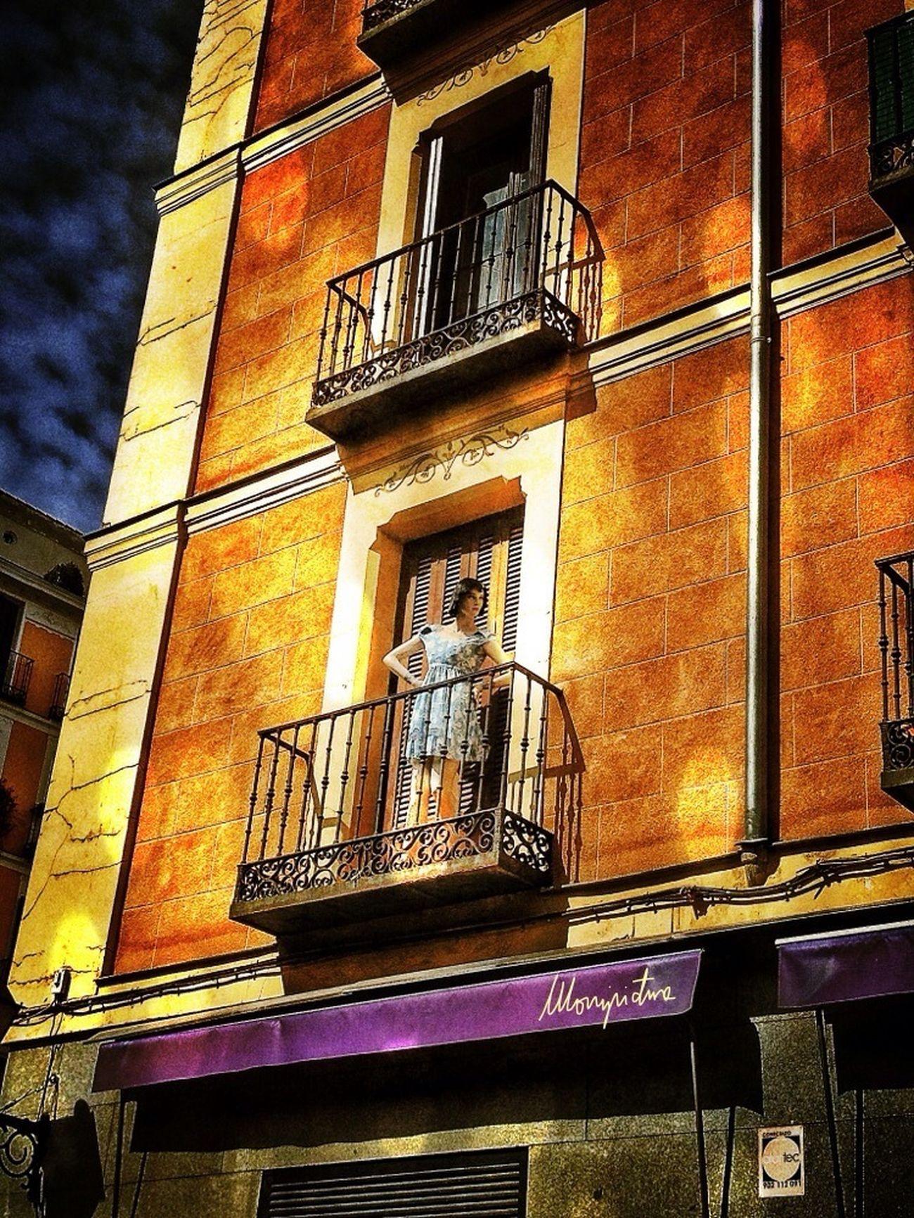 Curiosos habitantes se asoman en las calles de Madrid. Streetphotography Shootermag Eye4photography  Fachadas De Madrid