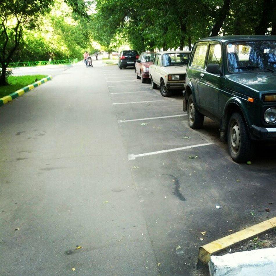 Москва тротуар пиздец кудабежать хам власть тротуар расширили, сделав зону для парковки! поставить машину можно только по пешеходам. вахуе