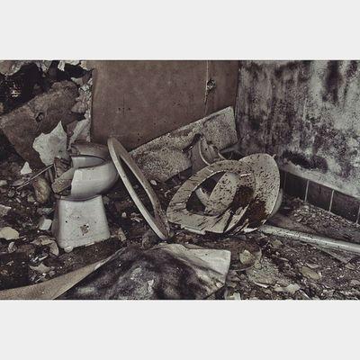 When you gotta go, you gotta go. Flint 810 Flintthroughmyeyes Slum vile @urban.toilet toilet shitluck grime