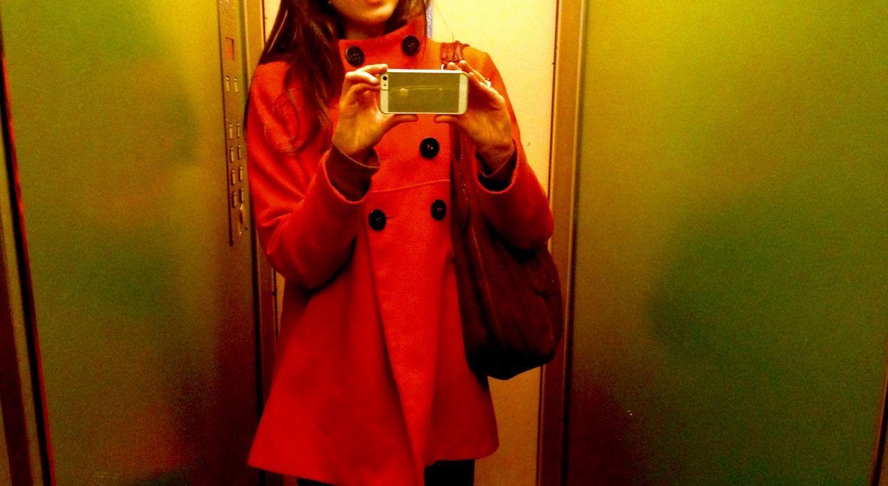 Soirée et Sortie à Geneve Taking Photos C'EST MOI dans l Ascenseur GoingOut in Geneva Switzerland by Night Taking Pictures Self Portrait ThatsMe Bonne Nuit à La Maison EyeEmNewHere The Secret Spaces Art Is Everywhere Red Green Color
