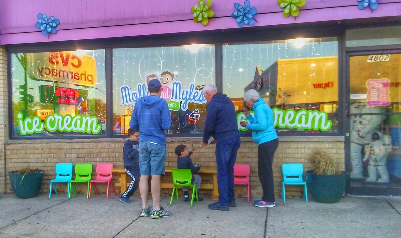 We all scream for Ice Cream The Street Photographer - 2017 EyeEm Awards Family Time Drivebyphotography Togetherness Lifestyles Family Colorful