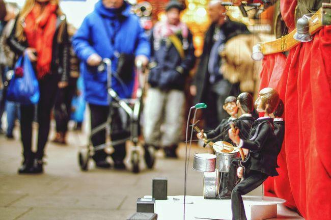 Beatles rocking Streetphotography Puppet Streetperformer AF-S NIKKOR 50mm F /1.8G SE
