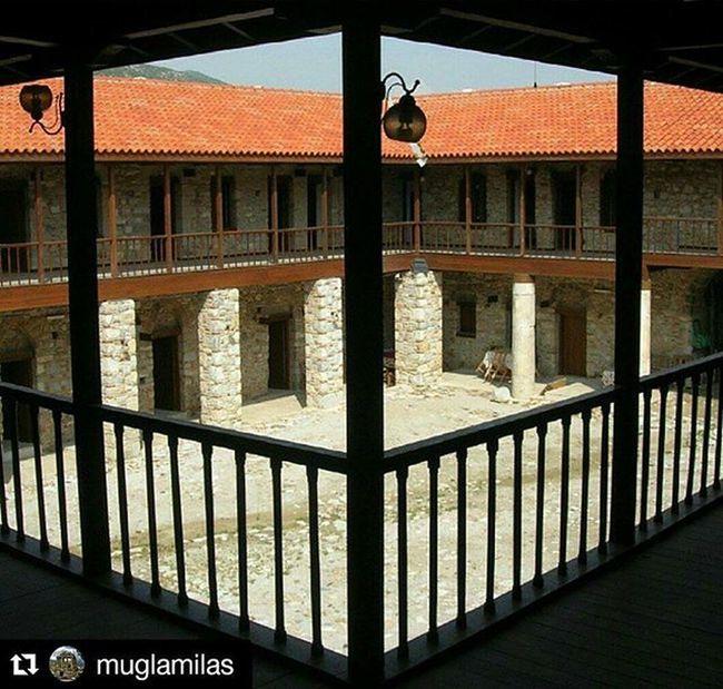 Repost @muglamilas with @repostapp ・・・ Çöllüoğlu Hanı Fotoğraf: @dilaradpolat Çöllüoğlu Hanı Abdülaziz Ağa tarafından 1719-1720 yılında yaptırılmıştır. Belen Camisinin yanında, Milas Arastasıyla iç içedir. Çöllüoğlu Hanı, kentin merkezinde, çevreye hakim bir noktada ve eski mimari dokunun bozulmadan korunduğu bir ortam içinde yer almaktadır. Hanın yanında Milas Arastası yer almakta olup, Arasta'nın Hana bağlı olarak inşa edildiği düşünülmektedir. Hanın girişi kuzeyden, kemerli bir yapıdan olmaktadır. Han, 1738 yılında Abdülaziz Ağa tarafından Ağa Camii yanında inşa ettirdiği Medreseye vakfedilmiştir. 1051 metrekarelik alan üzerine kuruludur. Han iki katlı, avlulu ve dikdörtgen şeklindedir. Alt kat kemerli olup, üst kat bu kemerler üzerine oturmaktadır. Yapının alt katı, Osmanlı hanlarında olduğu gibi hayvanların bağlandığı açık mekânlardan oluşmaktadır. Bunların önü sütunlarla desteklenmekte ve bunların da üzerinde üst katın sundurması oturmaktadır. Yapı büyük ölçüde, yapılışı sırasında asıl mimari özelliğini korumaktadır. Mugla Milas Muglamilas Colluoglu Han Tarih  History Instagramers Instagram Instapic Instagood Insta Arasta