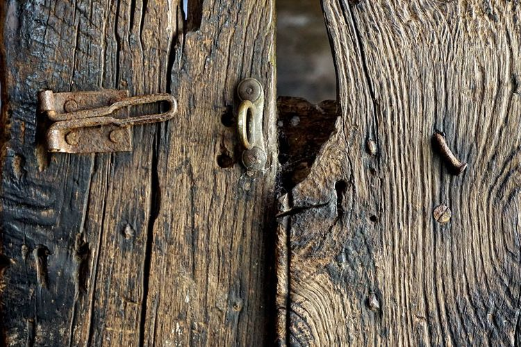 Door Lock Wood - Material Wood Background Texture Backgrounds Background Woodgrain Textured  Texture Textures And Surfaces Wooden Door Gate Stable Latch Close-up Rough Texture Rustic Wallpaper Screensaver Rusty Rusty Metal Nail