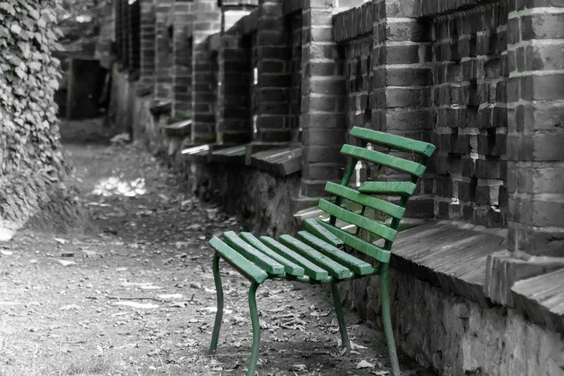 Absence Bench Bench Broken Damaged Empty Focus On Foreground Formal Garden Friedhof Green Green Color Grün Kaputt Keycolor Mauer No People Outdoors Park Bench Seating Bench Sitzbank Surface Level Tranquility Wall Weathered Krull&Krull Images Colorkey