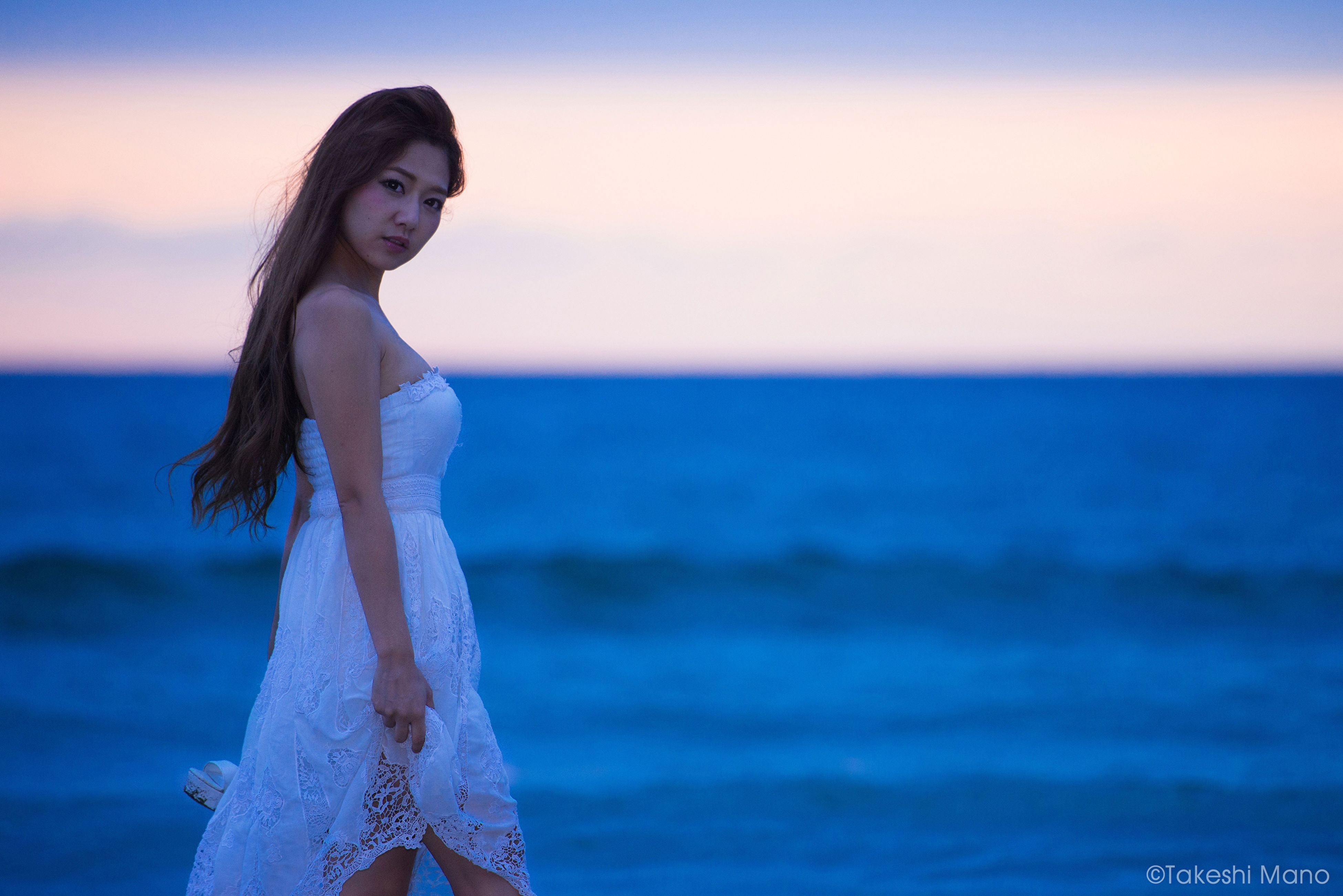 sea, young adult, lifestyles, leisure activity, standing, person, sky, horizon over water, water, three quarter length, looking at camera, portrait, focus on foreground, beach, young women, casual clothing, waist up