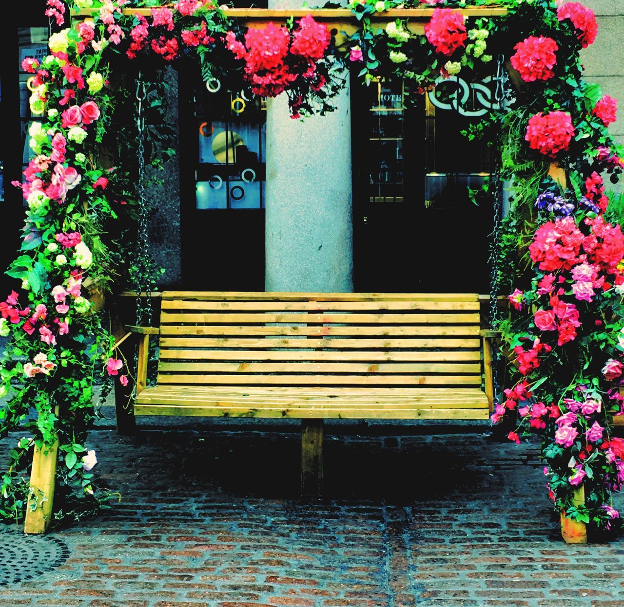 London LONDON❤ Lovers Lovers Bench Covent Garden  Empty Lost Love