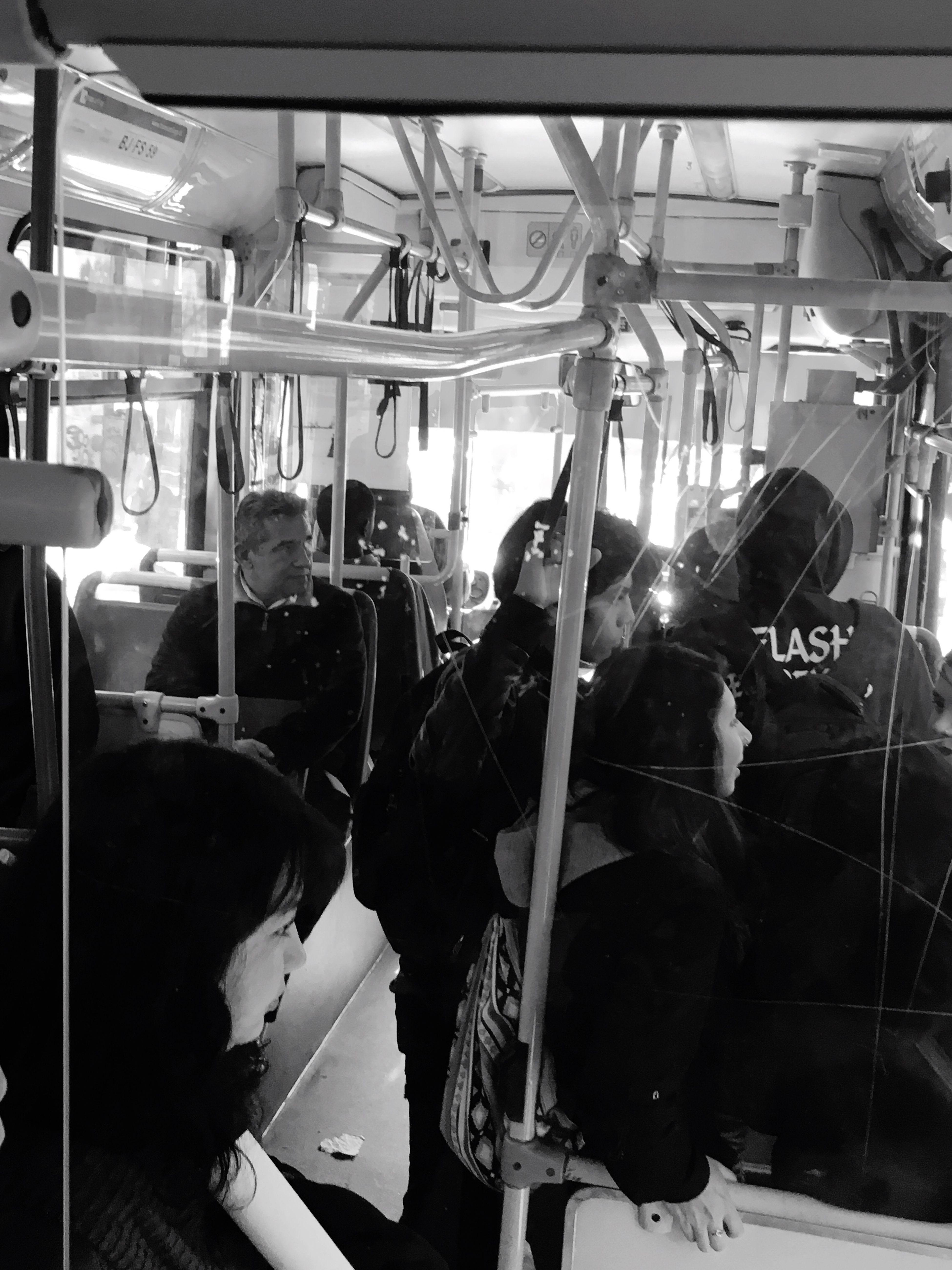 Gente en tránsito en un bus de Santiago..un día cualquiera. Taking Photos Hello World People Capture The Moment Taking Photos Feel The Journey En El Bus Gente Al Trabajo Cualquier Dia Apretados On The Way Ontheway