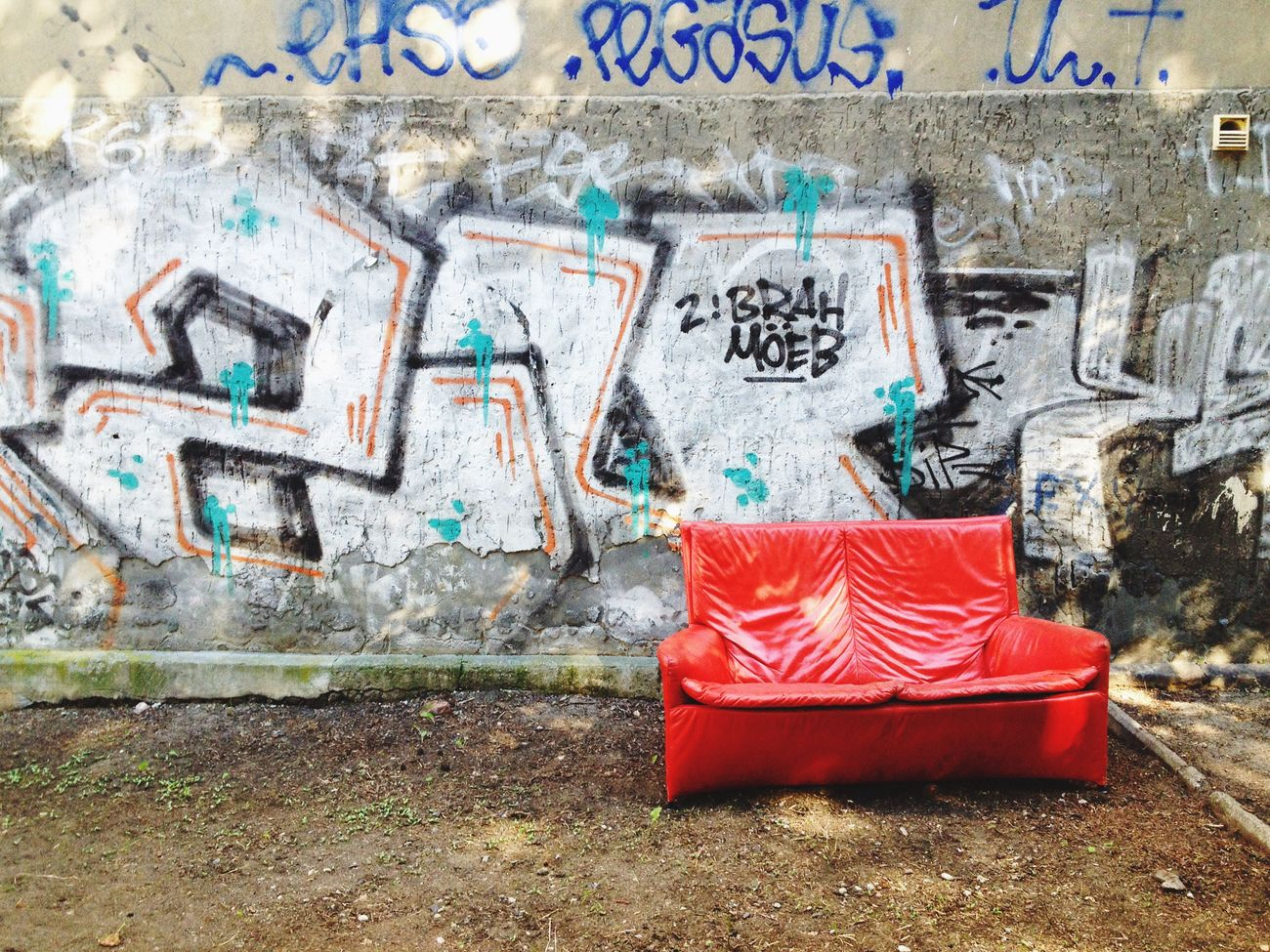 Berlin Sofa House Wall Graffiti Shabby Chic Red Typically Living Outdoors Summer