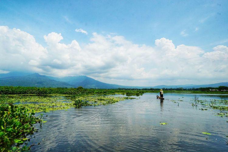 Rawa Pening Lake, Ambarawa, Central Java. Travel Destinations Travel Photography Photography By @jgawibowo Arif Wibowo Photoworks Shot By Arif Wibowo Shot By @jgawibowo Ambarawa One Person Only Women Adults Only Outdoors Landscape Beauty In Nature Lake Scenics