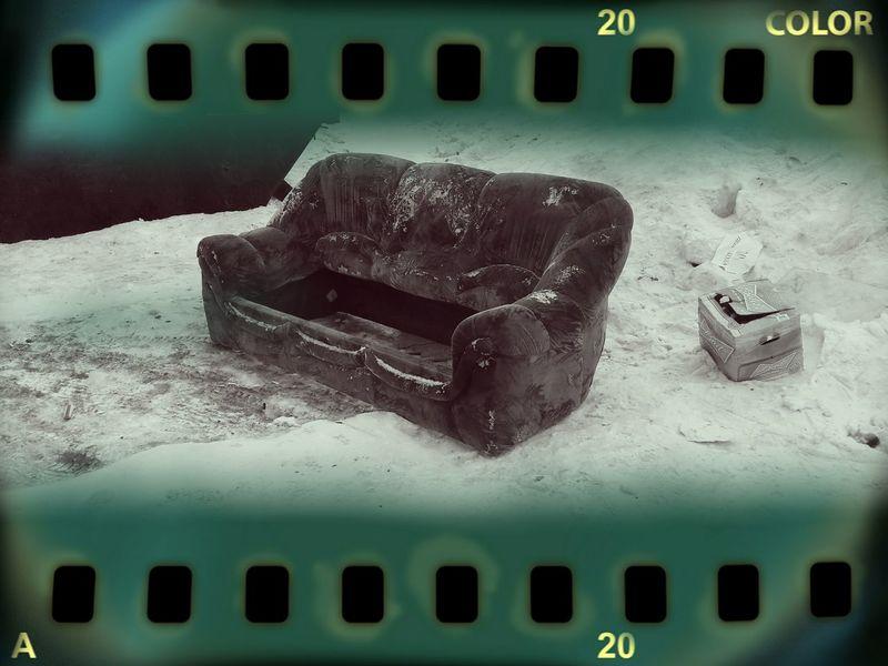 Старый диван Новосибирск жкматрешкиндвор зима Novosibirsk Street Photography