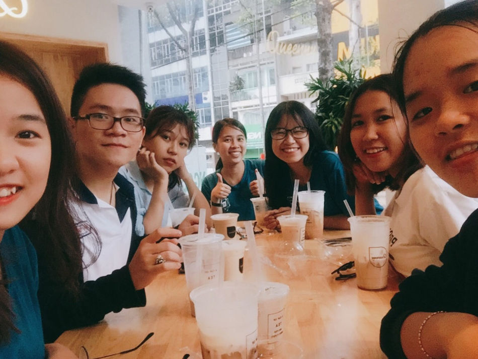 Mid Adult Friendship Togetherness Group Of People Enjoyment Lifestyles Backgrounds Christmas Happiness Saigonese Young And Beautiful With Friends Student Swag Childhood Triển Và Đồng Bọn Triển Vietnamese Refreshment Drink 很可爱