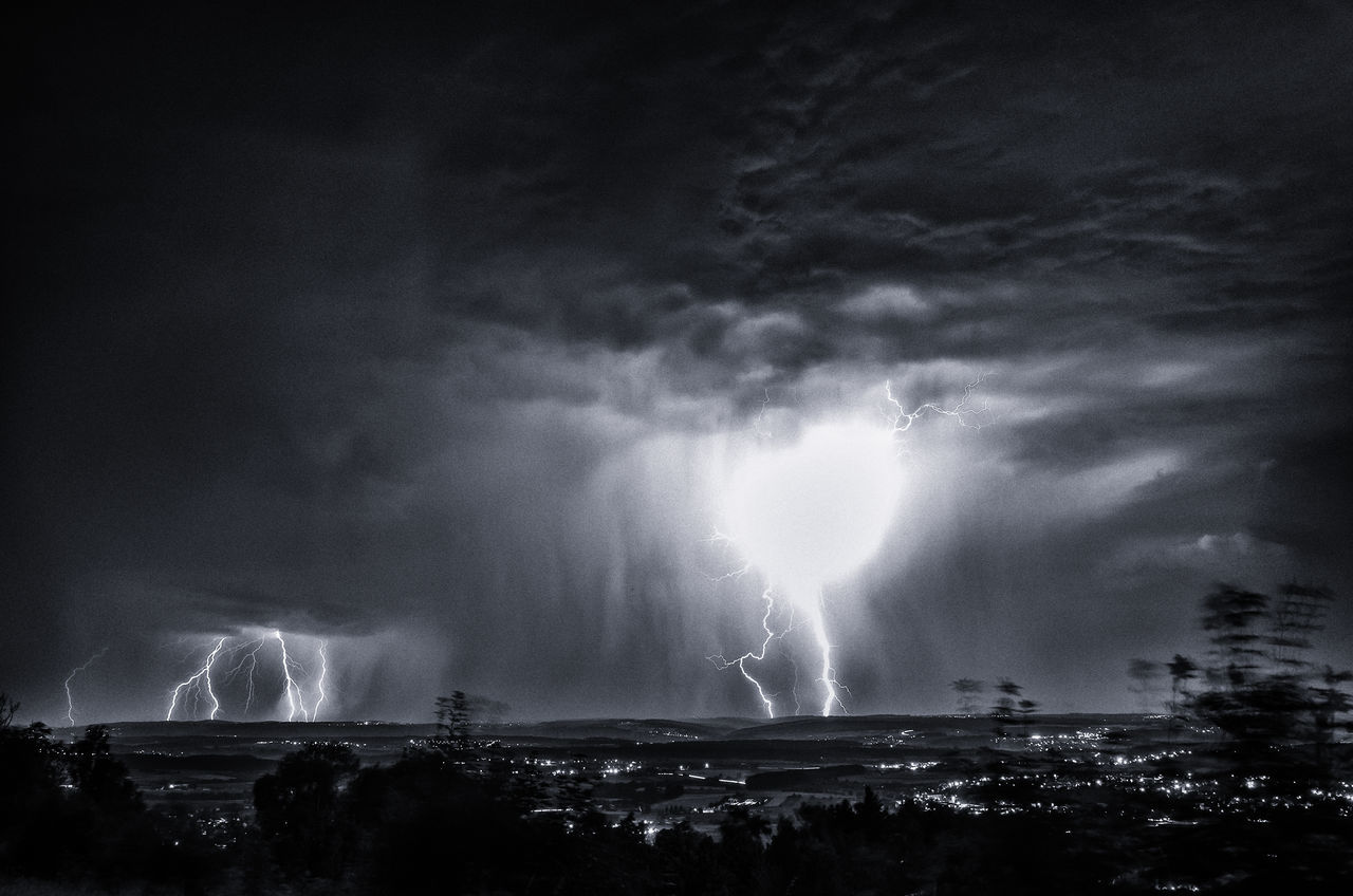lightning, thunderstorm, power in nature, forked lightning, storm, storm cloud, weather, night, sky, danger, atmospheric mood, cloud - sky, dramatic sky, nature, no people, illuminated, outdoors, electricity, beauty in nature, built structure, scenics, cityscape, city