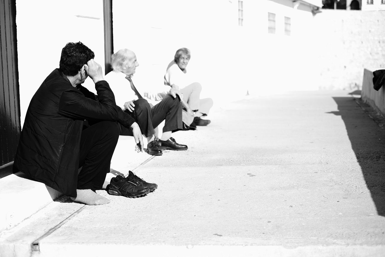 Discussing Adult Day Discussing Full Length Holding Lifestyles Men Only Men Outdoors People Real People Wisdom Fujifilm_xseries Fujifilm X-E2 Blackandwhite Black And White Streetphotography