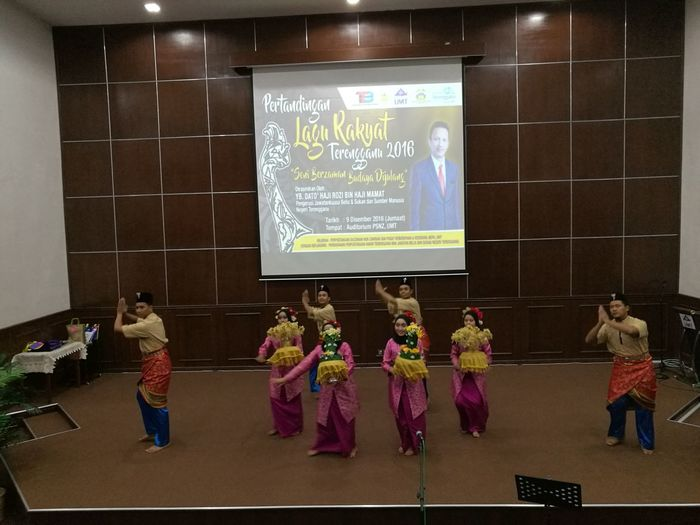 Opening show at Terengganu Folk-songs Competition held at University Malaysia Terengganu, Malaysia (9th December 2016). Terengganu, Malaysia Traditional Malaysian Culture Malay Culture Malay Attire Cultural Heritage Traditional Malay Clothing Traditional Culture Cultural Show