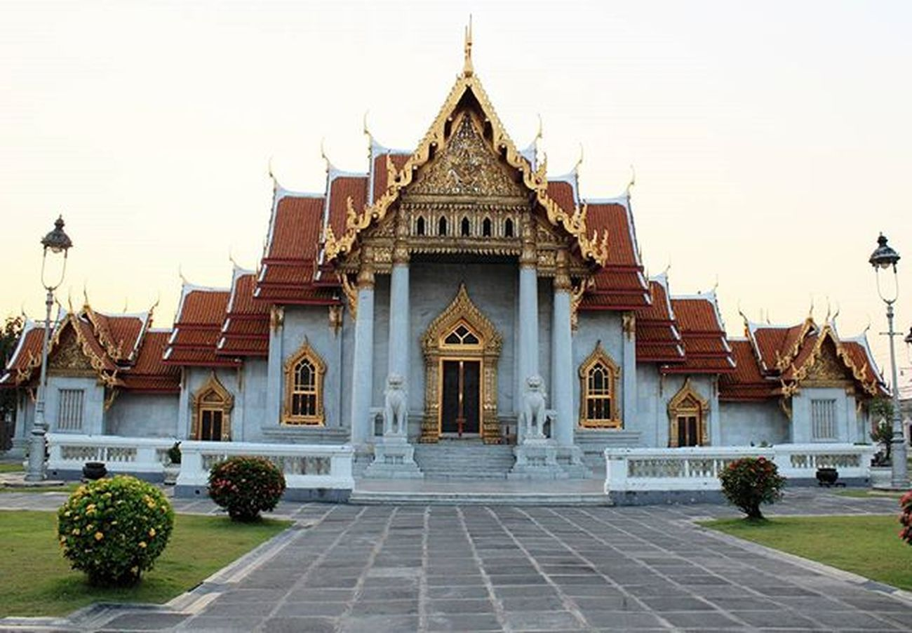 The Marble Temple ( Wat Benchamabophit ) Built by the ordered of King Rama V Apairofwhitemarblelionsstandingguardatfront door. Marbletemple Architecture Photography Temple Thailand