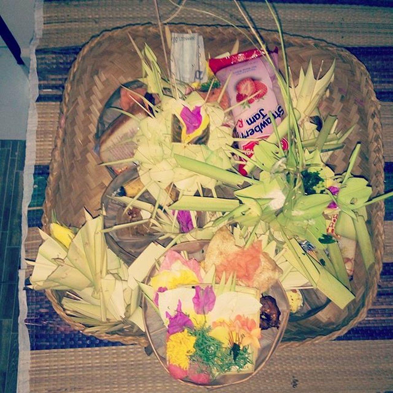 Mewat kawat mebalung besi... Balinesebirthdayceremony a.k.a Otonan