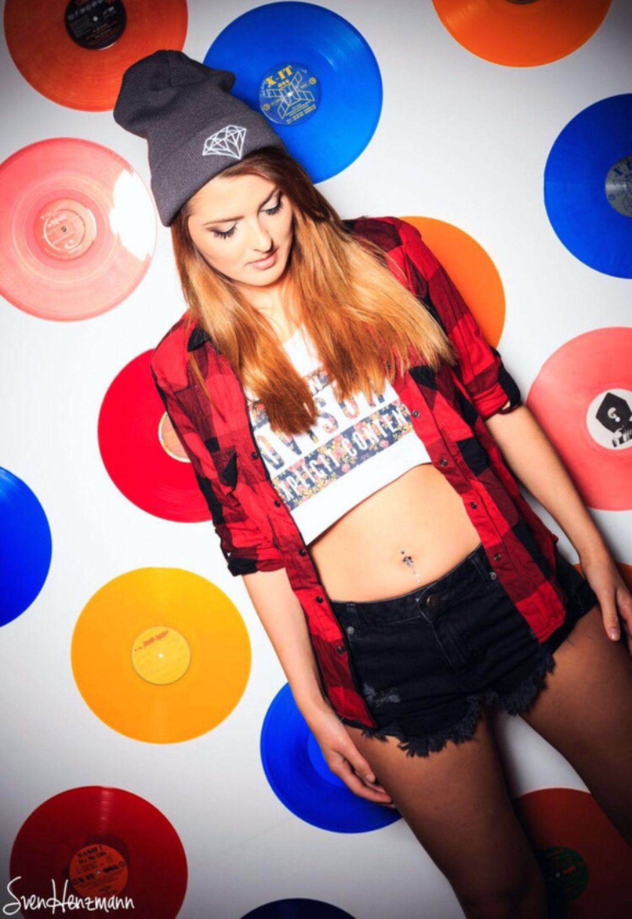 Me Vinyl HipHop Rnb Djane Mixmusix Lovely Look Posing Make Up Fotoshooting Girl Hobby Outfit Style Photooftheday Fotography Pose Fotograf Indoorshooting Colours Bunt Vinylwand Lässig Mütze