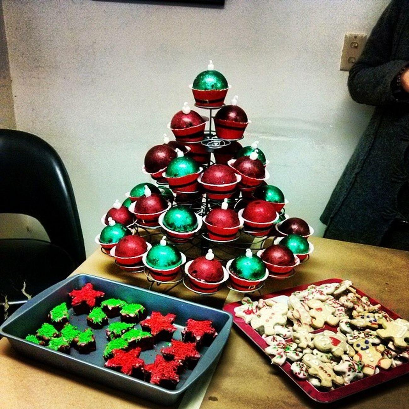 Pastel y galletas :D hehale dulces a la piñata Posada Umf64