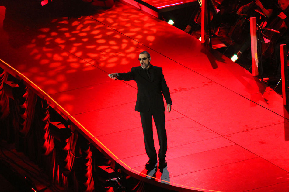 2011 Artist Arts Culture And Entertainment Cantante Cantor Concert Concerto Concierto George Michael Indoors  Konzert Men Night One Person Performance Popular Music Concert Red Singer  Standing Vocalist