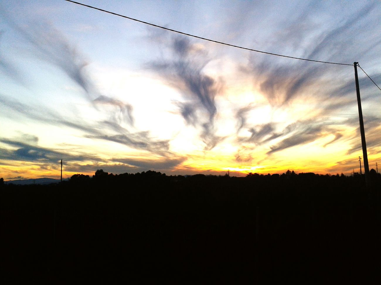 Splendido tramonto tutto da vivere Tramonto Darkness And Light Sunset Clouds Light And Shadow Wonderful Cloud Formation Sky Dramatic Sky