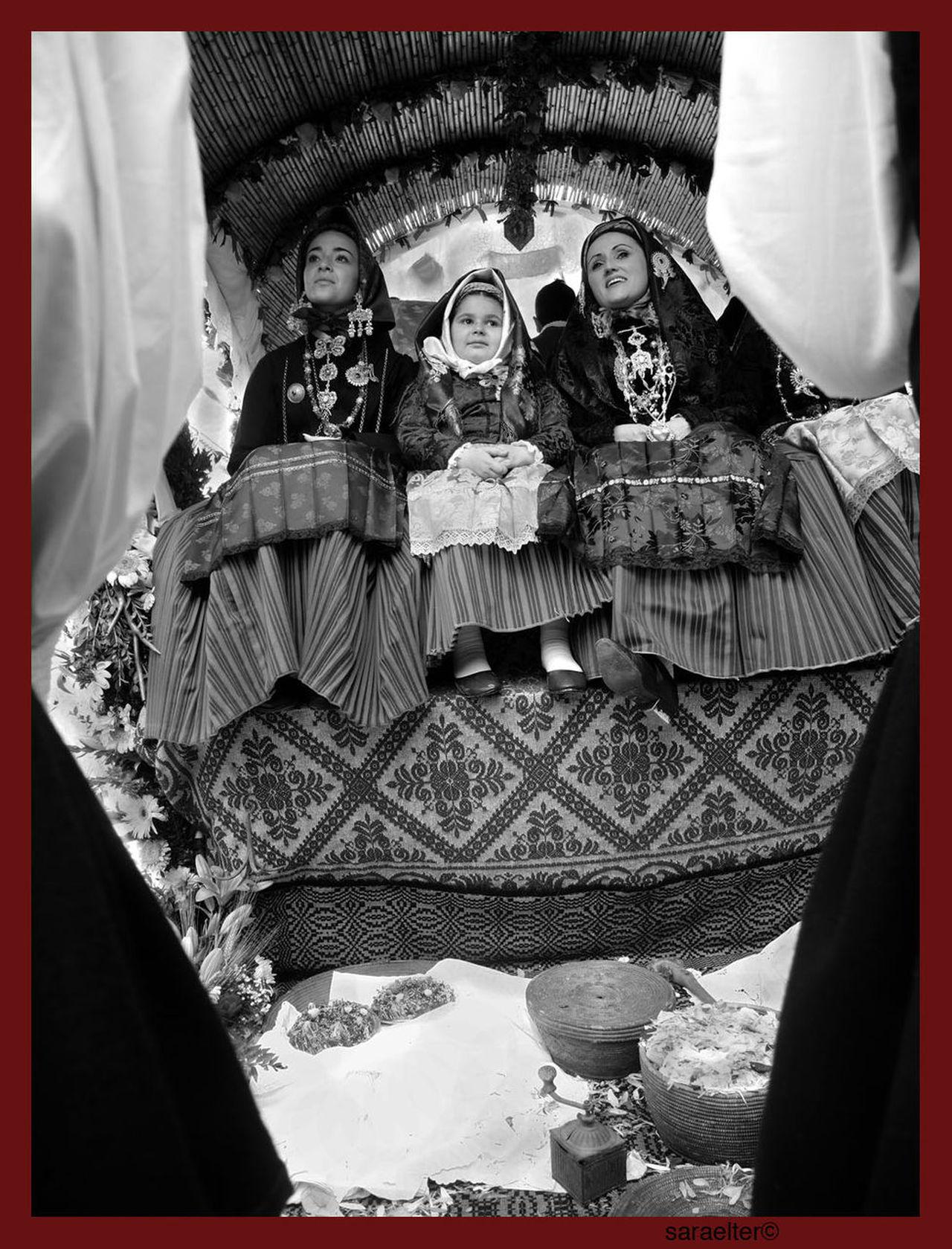 Sardinia, Sant'Efisio, saint patron of Cagliari In May, in Cagliari, the procession of martyr Saint'Efisio, to which take part for thousands of years folkloristic groups coming from all the villages of the region, all wearing their traditional dress, start from the cathedral . Women sings praises, men take care of horses and wagons pulled by oxen for four days, when the statue, after being blessed in the sea, returns to his church in the middle of the city 1 May Departure parade early in the morning Sardegna, festa di Sant'Efisio, patrono di Cagliari A maggio a Cagliari parte la processione di Sant'Efisio martire, cui partecipano da millenni tutti i gruppi folcloristici e tutti i paesi della regione, ognuno con i propri costumi tradizionali. Le donne cantano lodi, gli uomini si occupano dei cavalli e dei carri tirati dai buoi per quattro giorni, quando la statua, dopo essere stata benedetta in mare, torna nella chiesa al santo intitolata. Sfilata di partenza, 1 maggio Frutta Sant'Efisio Ceste Costumi Tipici Decorazioni Donne Che Cantano Folk Folk Parade Folkloristic Holy Procession Portrait Prodotti Artigianali Real People Sardegna Cagliari Sardegna Costumi Sardegna Da Scoprire Sardegna Traditional Sardegna Tradizionale Sardinia Singin Women Tradizionale Women Young Women