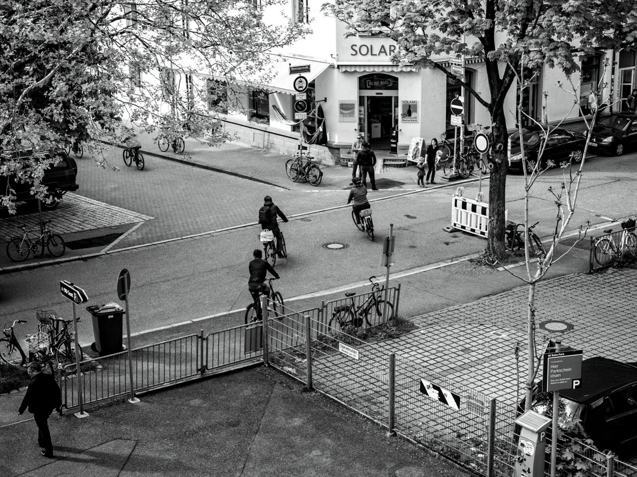 Von Fahrrädern umzingelt ... CyclingUnites The Shop Around The Corner Urban Perspectives Black & White Monochrome Photography From My Point Of View Street Photography The Devil's In The Detail Better Look Twice Streetphoto_bw Live Love Shop Black And White People Are People Urban Exploration Hanging Out Urban Photography Fresh 3 People Watching Bycicles Urban Lifestyle The Way Forward Showcase June Urban Landscape Taking Photos in Freiburg
