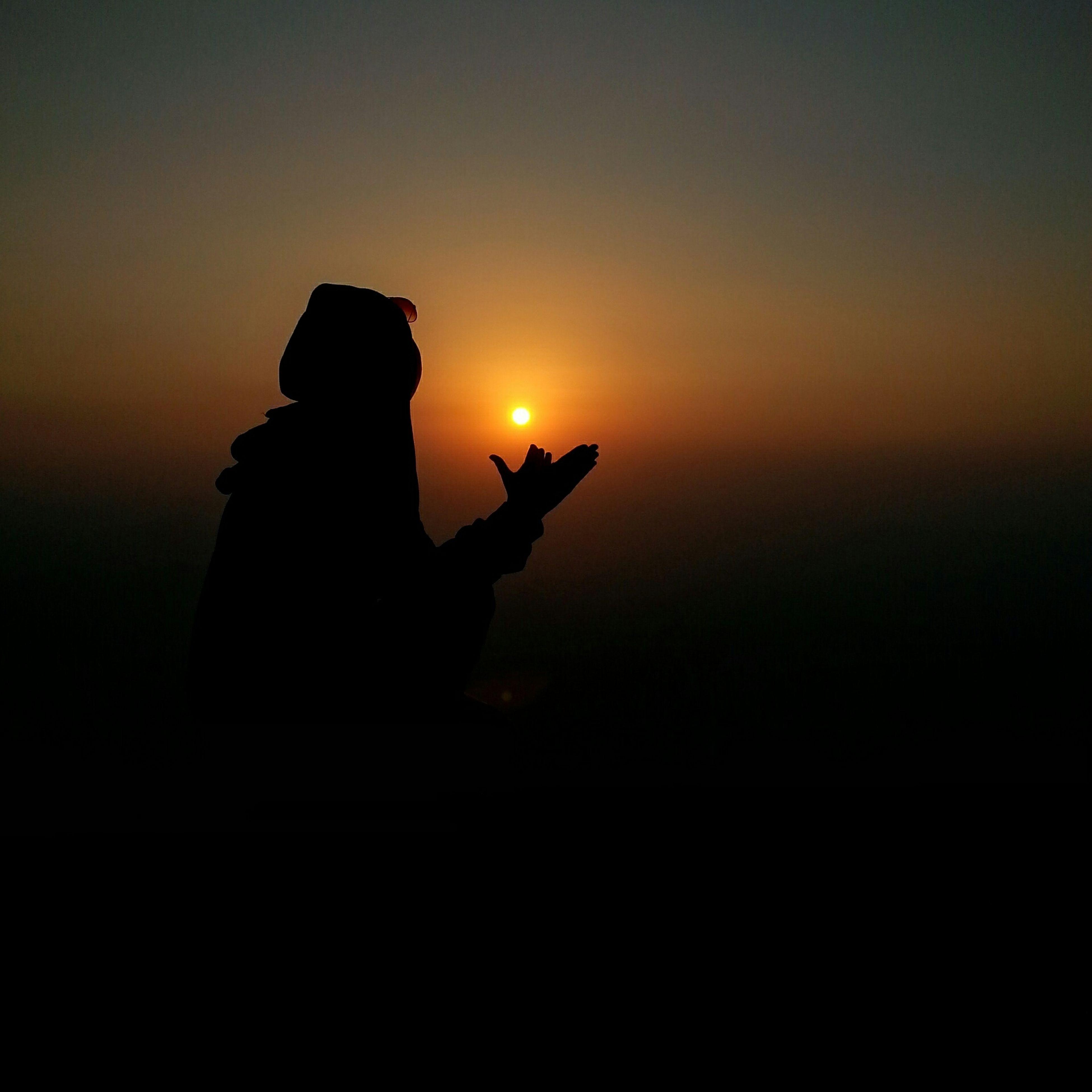 sunset, silhouette, orange color, sky, men, lifestyles, sun, leisure activity, unrecognizable person, holding, copy space, dark, back lit, outdoors, outline, dusk, cloud - sky, person