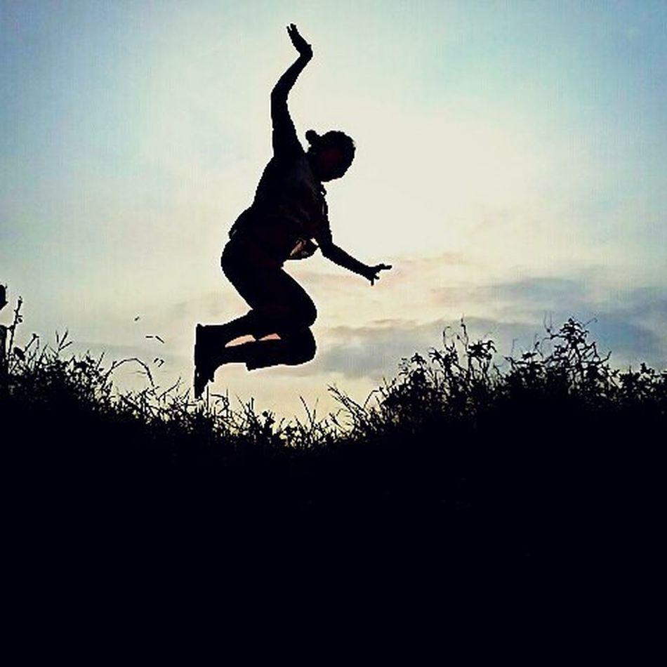 """""""Las mejores cosas de la vida no son cosas."""" Salto Puestadesol Mexicolindoyquerido Atardecer Campo VolarVolarHastaLasNubes NubePerdida Jumper Lucyintheskywithdiamonds IleInTheSkyWithDiamons Flying Bird Intothewild"""