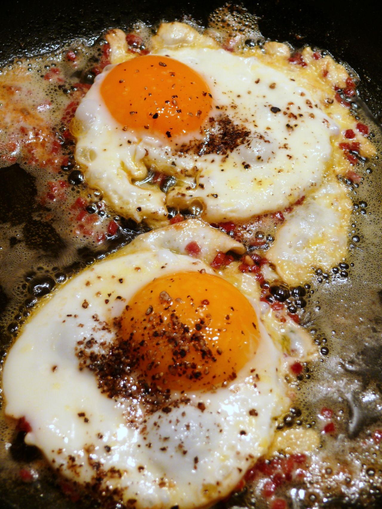 Breakfast Close-up Food And Drink Frühstück Frühstücksei Ham And Eggs Healthy Eating Ready-to-eat Speck Spiegelei Still Life