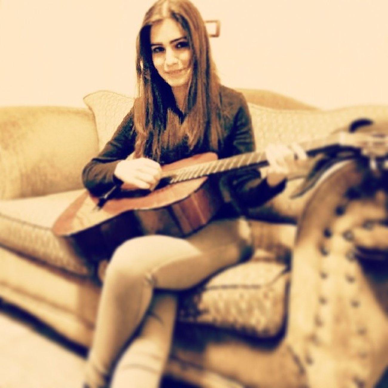 وما بخطر عابالك ليش بعدك ببالي، بسال عن احوالك وعم حبك لحالي.. Singing and play on Guitare NancyAjram