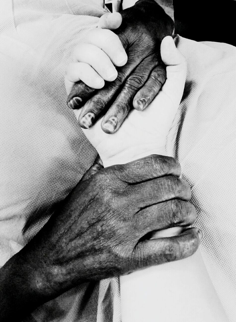 Generosity Generosity Generosidad Generous Balck And White People Hans Help Voluntary Work Voluntario Voluntary Africa Hospital Hospitality Ong Friendship ❤ To Thank Give Me Your Hand  Damelamano Nicephoto Fotografia Mobile Photography Momento Moment Nicemomentswithnicepeople😉 Nicemoment