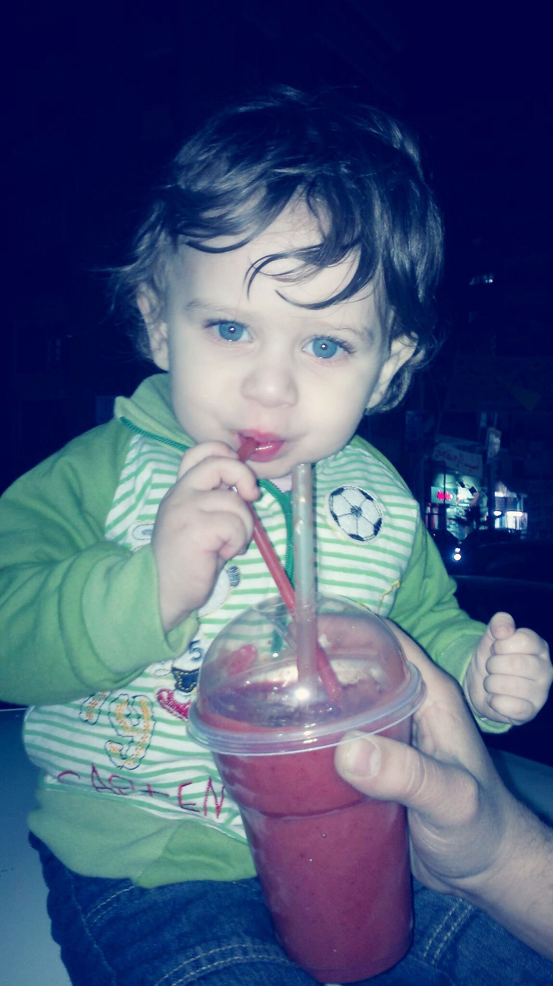 drinking straw, real people, one person, childhood, food and drink, holding, innocence, drinking, drinking glass, drink, indoors, lifestyles, sweet food, close-up, freshness, day, human hand, people